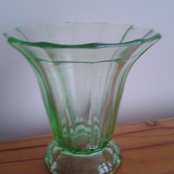 1920s/30s Green Glass Vase ! - Glassware