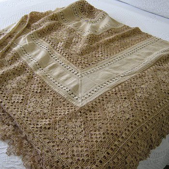 100 years PLUS OLD CROCHET BEDSPREAD - Rugs and Textiles