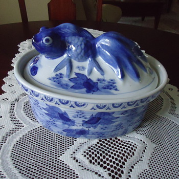 BLUE AND WHITE BOWL WITH FISH ON COVER. - China and Dinnerware