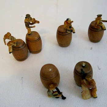 Small Wooden Barrel Japan w/ Men and Instruments - Figurines