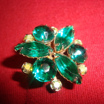 Gorgeous green brooch - Costume Jewelry