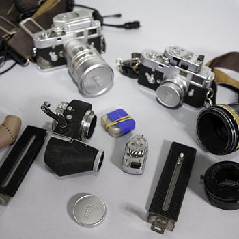 2 old Leica cameras with gear - Cameras