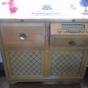 Near Mint Condition 1948 Motorola Golden Voice Radio / Phonograph