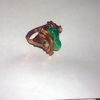 costume ring pearl? jade? any ideas?