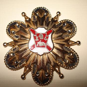Coro brooch
