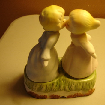 2 GIRLS KISSING FIGURINE - Figurines
