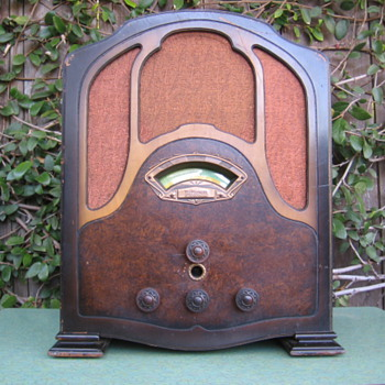1930's Patterson Radio Co. Cathedral  Tube Radio Model 70-AW