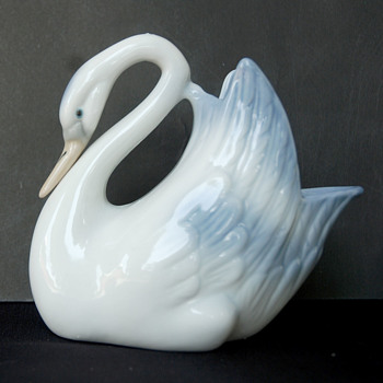 Tengra Hand Painted in Valencia Spain Porcelain Swan 13.5cm x 12cm x 8cm