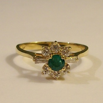 Round Emerald Solitaire with 6-Diamonds In 14k Late 1950's - Fine Jewelry