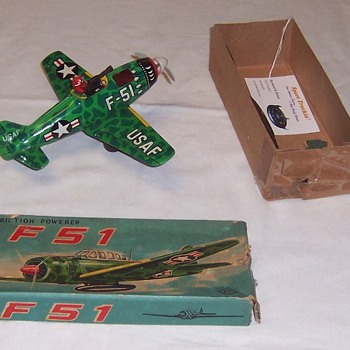 Tin Lithograph WWII Fighter: Friction, original box and in excellent condition - Military and Wartime