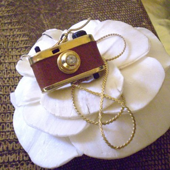 ORIGINAL VINTAGE MINIATURE 3D CAMERA PENDANT