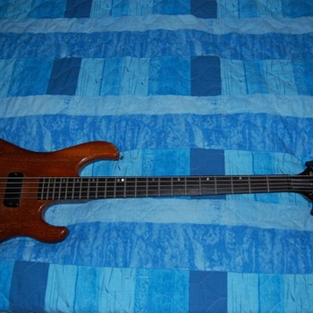 Gibson V 5 string bass - Guitars