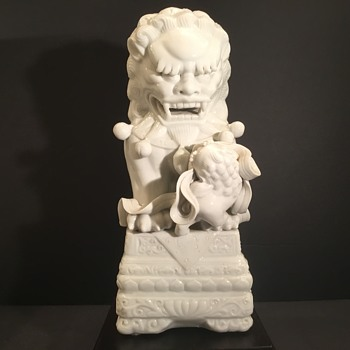 Very beautiful Chinese Blanc de Chine porcelain Foo Dog. - Asian