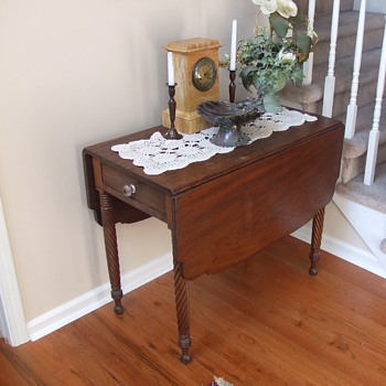 1830s American Single Drawer Pembroke/ Drop Leaf Table - Furniture
