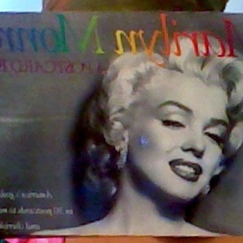 1989 MARILYN MONROE POSTCARDS BOOK