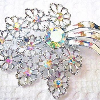 Great Detail On This Flower Brooch So Dainty