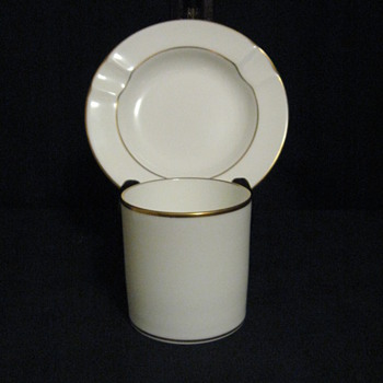 WEDGWOOD ENGLAND BONE CHINA ASHTRAY AND CIG HOLDER - Tobacciana