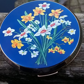 1950s/1960s Enameled Stratton Compact Thrift Shop Find 1,50 Euro ($1.58)