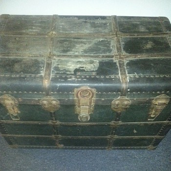 Old (antique??) trunk! - Furniture