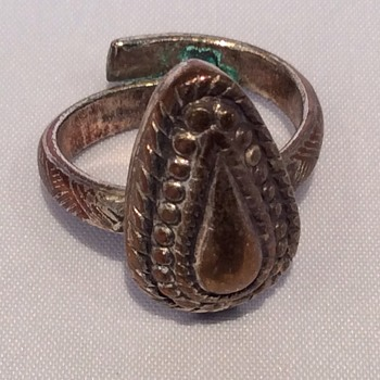 Antique looking ring - Costume Jewelry