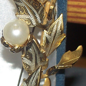 funky gold pin - Costume Jewelry
