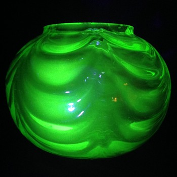 Uranium glass bowl - Glassware