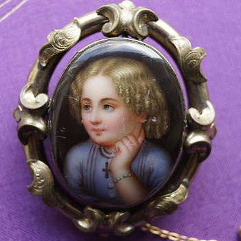 Beautiful antique hand painted brooch