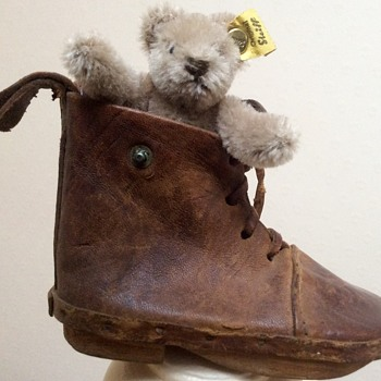 Small Steiff teddy in leather shoe?