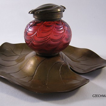 KRALIK ART NOUVEAU GLASS LILLY PAD INKWELL CRANBERRY IRIDESCENT DRAPED DECOR - Art Glass