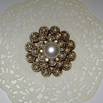 Vintage Sarah Coventry Brooch - Costume Jewelry