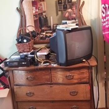 Help identify this dresser