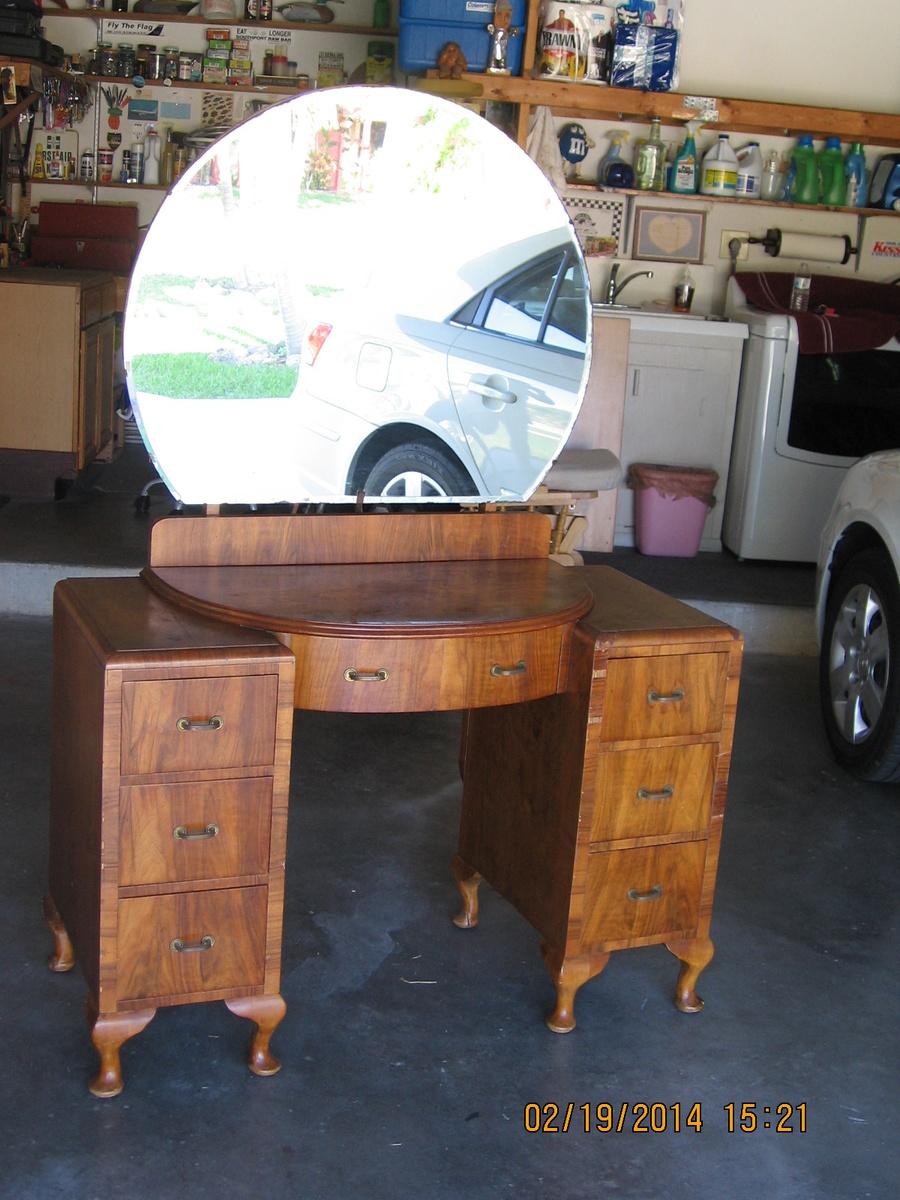 Antique vanity with round mirror collectors weekly for Antique vanity with round mirror