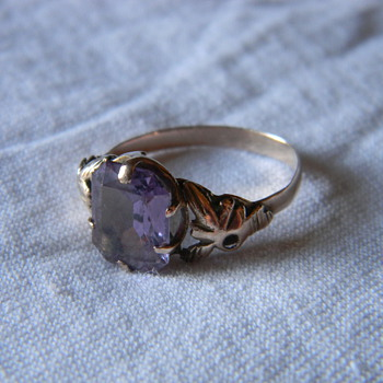 womens vintage gold ring precious stone or diamond?