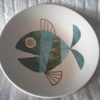 "Metlox Poppy Trail "" Tropicana "" Fish Motif / 3 Legged 8"" Bowl 22/24 kt. Gold Accents - Art Pottery"