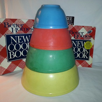 Vintage Pyrex Nesting Mixing Bowls in Primary Colors
