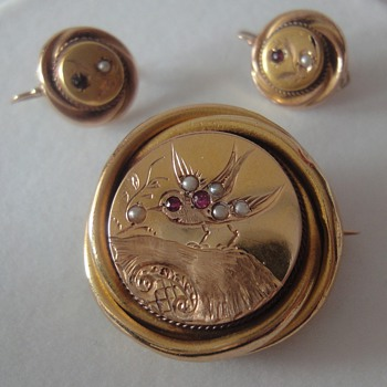 Round Victorian yellow gold brooch and matching earrings - Fine Jewelry