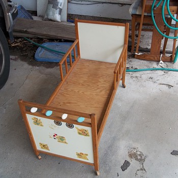 SMALL CHILD/DOLLS BED - Furniture