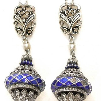 ART DECO white gold (14 k) blue enameled rose cut diamond earrings
