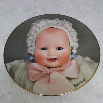 THE DOLL COMPANY CHINA PLATE LAUGHING BABY 1982
