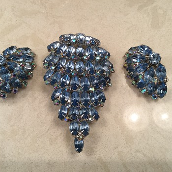 WATERFALL BROOCH - Costume Jewelry