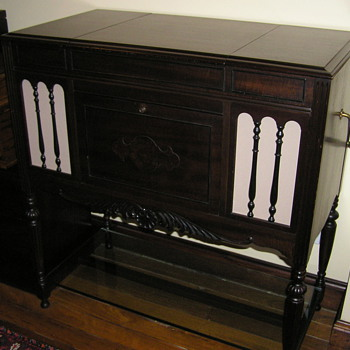 Cheney console gramophone C 1923