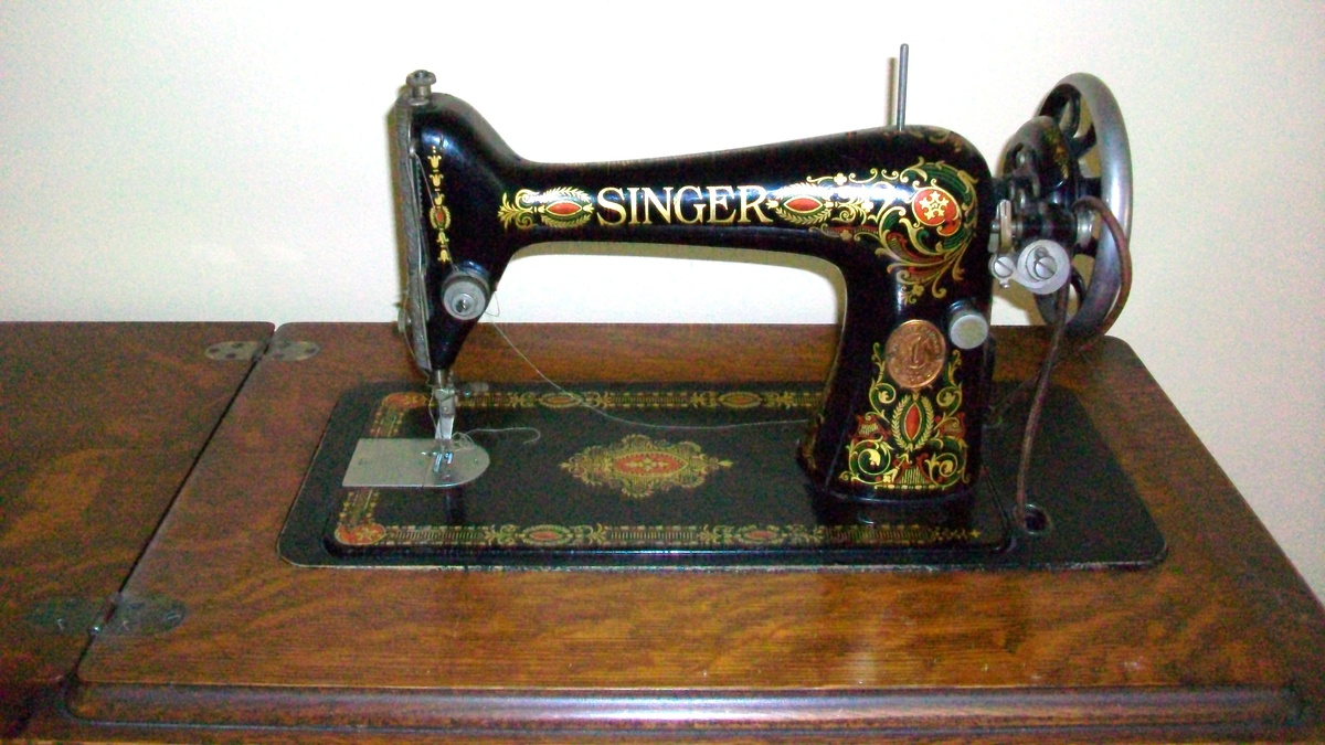 1910 working Singer sewing machine with original wooden case : Collectors Weekly