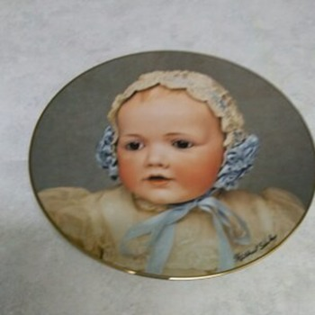 DOLLY PLATE HILDA 1982