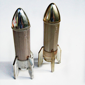 ShakeThatThang great Mod Space Age Rocket Salt and Pepper Shakers - Kitchen