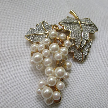 Pearl brooch as a cluster of grapes, no mark - Costume Jewelry