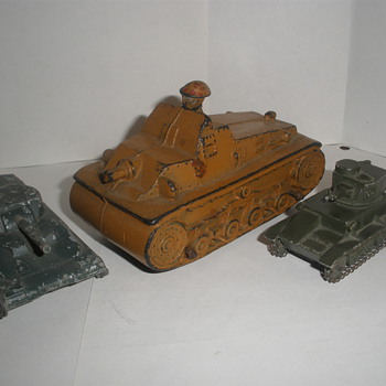 Miscellaneous tank toys. 30s Auburn Rubber, 40s Midget, 30s Dinky.  