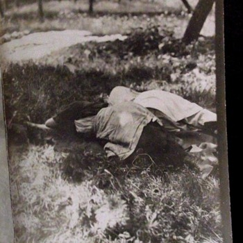 1900-1915 PHOTO==WOMAN FALL ON THE GRASSY GROUND AND SLEEP