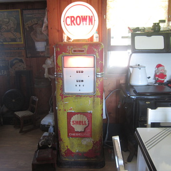 Bowser 595 gas pump and Standard Oil Crown globe - Petroliana