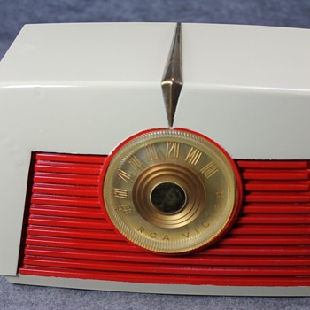 1949 RCA Model 8-X-542 Tube Radio - Radios