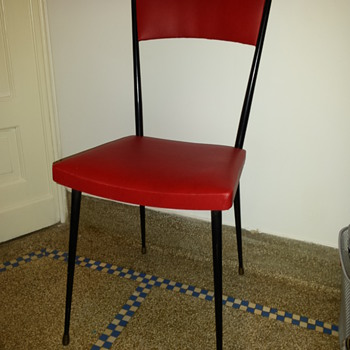 Mid 20th century chair - uber retro - but by who !